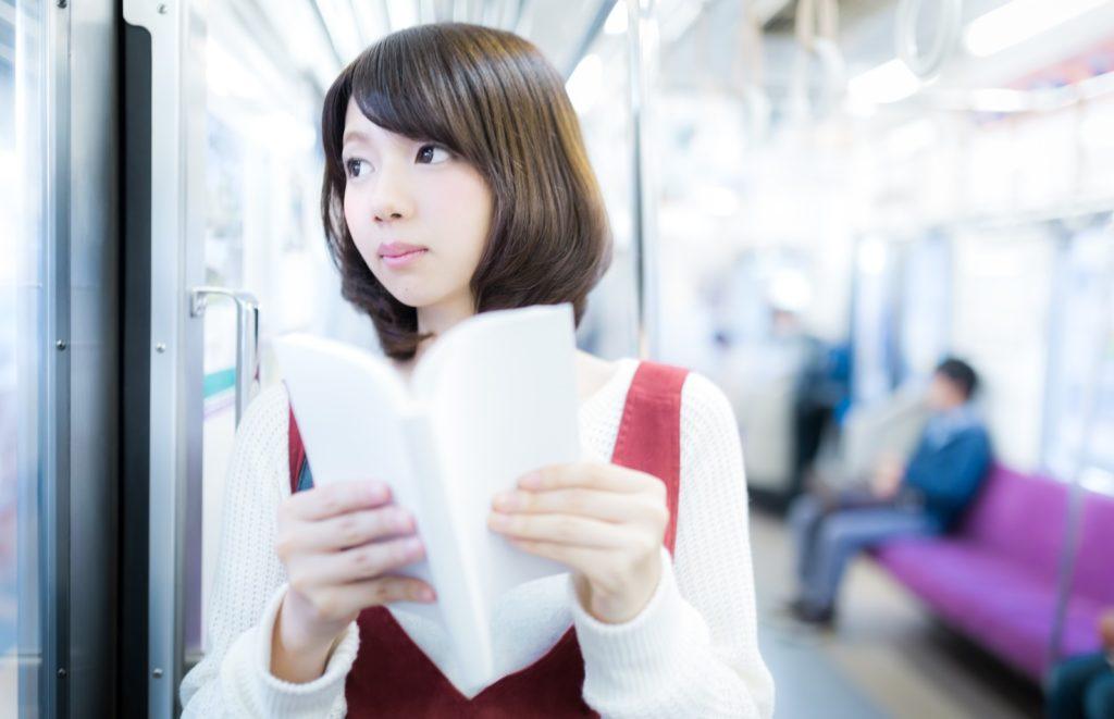 電車内で漫画を読む